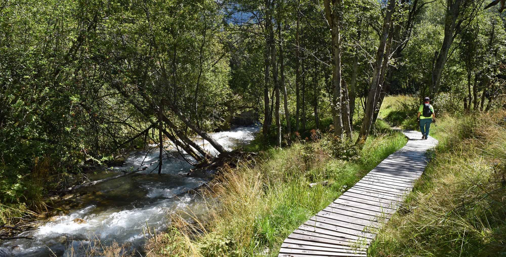 Wanderung am Rombach entlang auf dem Wanderweg «A la riva dal Rom» im Val Müstair (Münstertal), von Tschierv via Fuldera, Valchava, Santa Maria nach Müstair