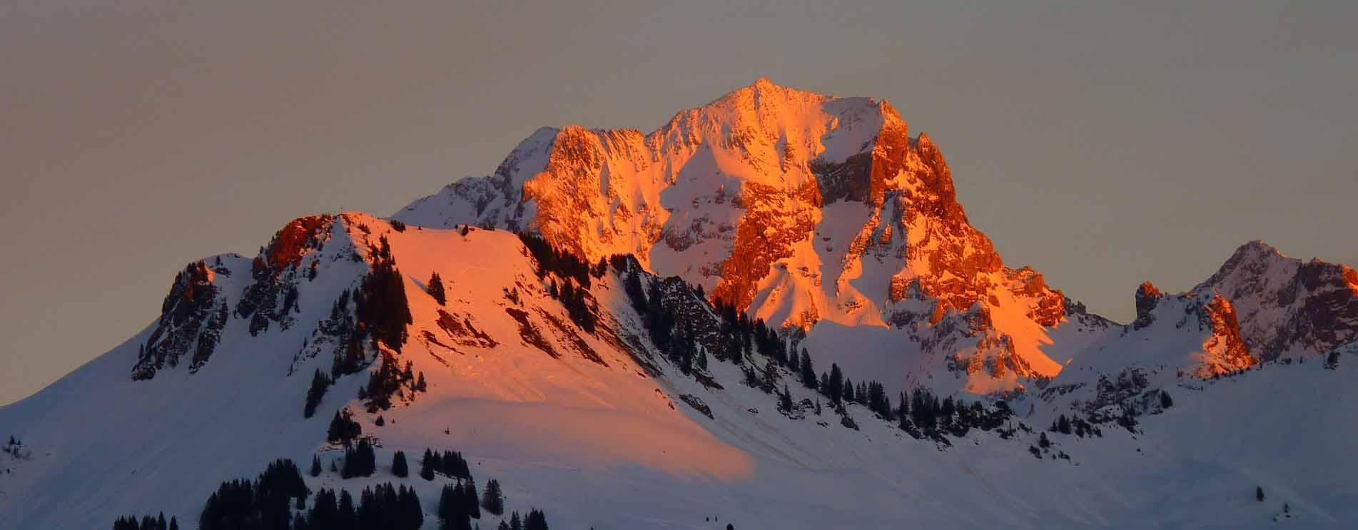Alpenglühen in den Bergen und im Hochgebirge bei Sonnenuntergang und Sonnenaufgang