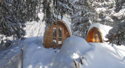 Schneeschuhwandern rund um den Arnisee im Urnerland bei Amsteg, Kanton Uri, auf dem Arnisse Trail Nr. 882 von der Bergstation der Seilbahn Arnisee-Intschi via Mittelarni und Vorder Arni – eine herrliche Schneeschuhtour.