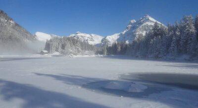 Winterwanderung rund um den Arnisee im Urnerland bei Amsteg auf dem Arnisee-Winterwanderweg
