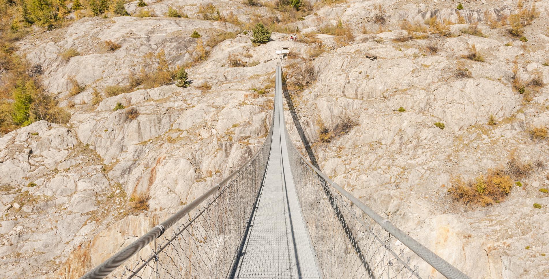 Wanderung von Belalp über die Hängebrücke, die die Massaschlucht überspannt, zur Riederalp