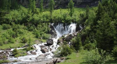 Wanderung von den Simmenfällen / Lenk im Simmental via Simmenfälle, Rezlibergli und mit Abstecher zu den Bi de Sibe Brünne zur Fluhseehütte mit dem Flueseeli und auf den Flueseehöri