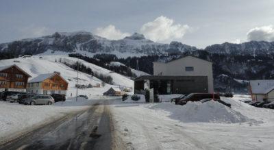 Winterwanderung im Alpstein, Appenzell, von Brülisau am Fusse des Hohen Kasten durch das Brüeltobel zum Berggasthaus Plattenbödeli am Sämtisersee und weiter via Alp Soll zum Berggasthaus Ruhesitz mit der Möglichkeit von dort nach Brülisau hinunter zu schlitteln.