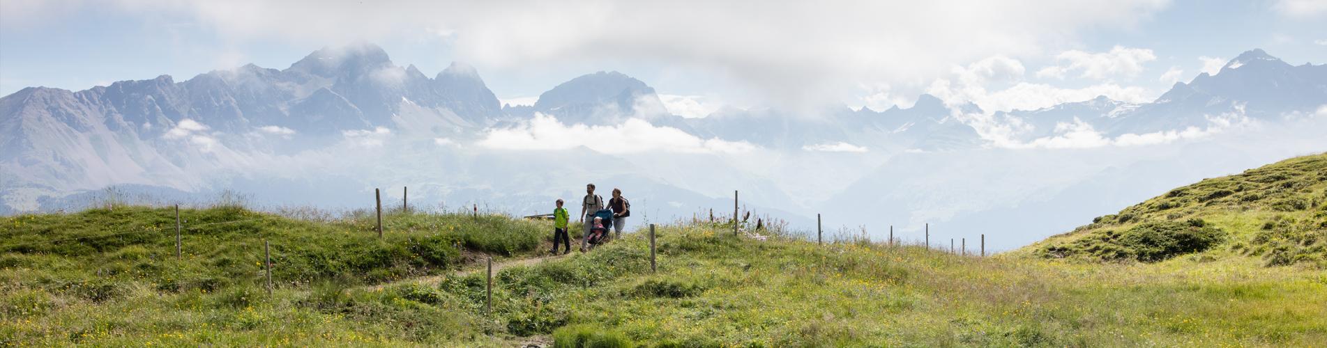 Auf Familienwanderungen die Schweiz entdecken. Wandern mit Kindern macht Spass. Unterwegs laden viele Feuerstellen ein oder zum Beispiel auch baden in Bergseen. Auch Themenwege / Themenpfade sind immer ein interessantes und lehrreiches Erlebnis.