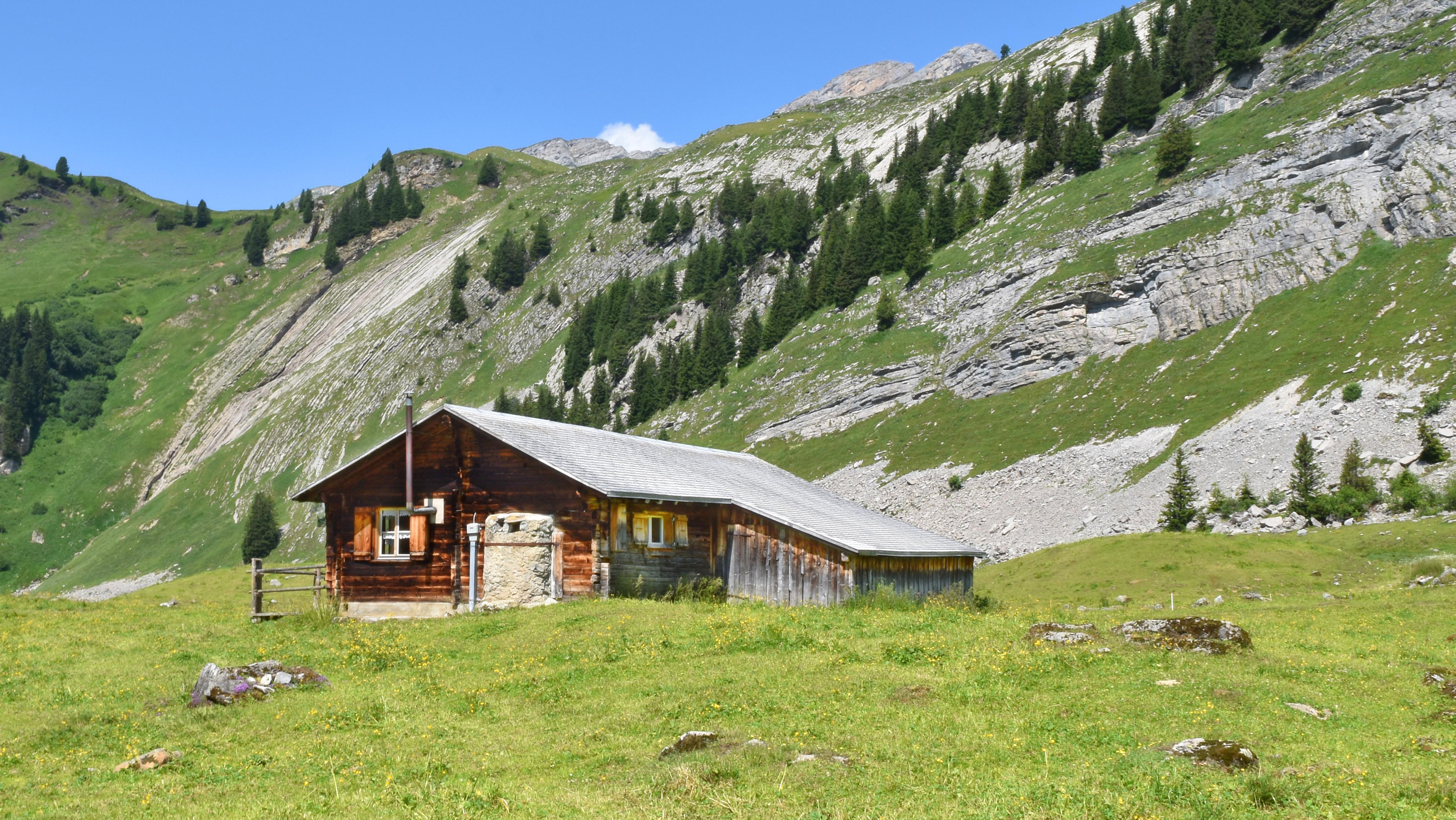Ferien in der Schweiz – Ferienunterkünfte: Buche ein gemütliches Wanderhotel oder miete eine Alphütte, ein Maiensäss oder Rustico, oder eine Ferienwohnung, ein Ferienhaus, oder verbringe Ferien auf dem Bauernhof oder gar im Baudenkmal – Hier geht's zu den Angeboten. Ab in die Wanderferien!