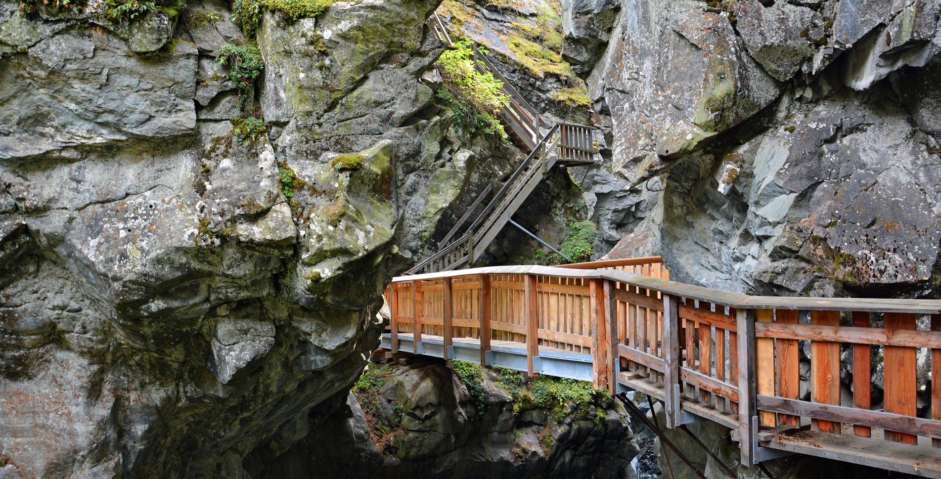 Wanderung von Zermatt hinab zur Gornera und zur Gornerschlucht, Furi, Hängebrücke und zum Gletschergarten Dossen am Rand des Gornergletscher