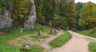 Wanderung durch das Chaltbrunnetal / Kaltbrunnental, von Grellingen via Chessiloch mit militärhistorischem Denkmal am Ibach entlang mit Höhlen unterwegs, wie die Ibachhöhle, nach Meltingen Meltigerbrücke