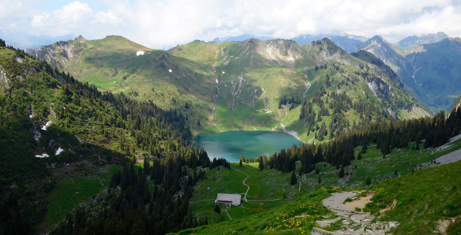 Wanderung von Gurnigel Wasserscheide via Obernünenen auf den Leiterenpass und weiter auf dem Höhenweg via Chrummfadeflue, Chuelouenen, Stierehütte, Oberi Walalp, Bachegg auf das Stockhorn