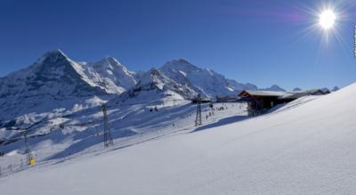 Winterwanderung im Anblick der Eiger-Nordwand im Zeichen von Eiger, Mönch, Jungfrau von der Kleine Scheidegg, oberhalb Wengen via Arvengarten, Mettla, Alpiglen nach Brandegg oberhalb Grindelwald
