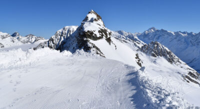 Winterwanderung auf der Lauchernalp im Lötschental auf dem Höhen-Panoramaweg Hockenhorngrat, mit 3111 m.ü.M. ist er der höchste Winterwanderweg Europas