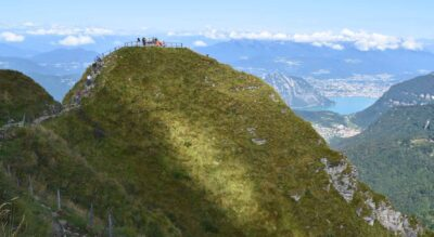 Wanderung vom Monte Generoso nach Bellavista. Auf dem Monte Generoso, oberhalb Riva San Vitale / Capolago, geniesst man eine herrliche Aussicht auf den Lago di Lugano (Luganersee) und kann in dem vom Architekten Mario Botta geschaffenen Bauwerk «Fiore di pietra» (Steinblume) in einem der zwei Restaurants einkehren. Der Wanderweg führt via Nadigh und Alpe Génor, wo man die «Nevère», steinerne Kühlschränke aus der Vergangenheit entdecken kann.