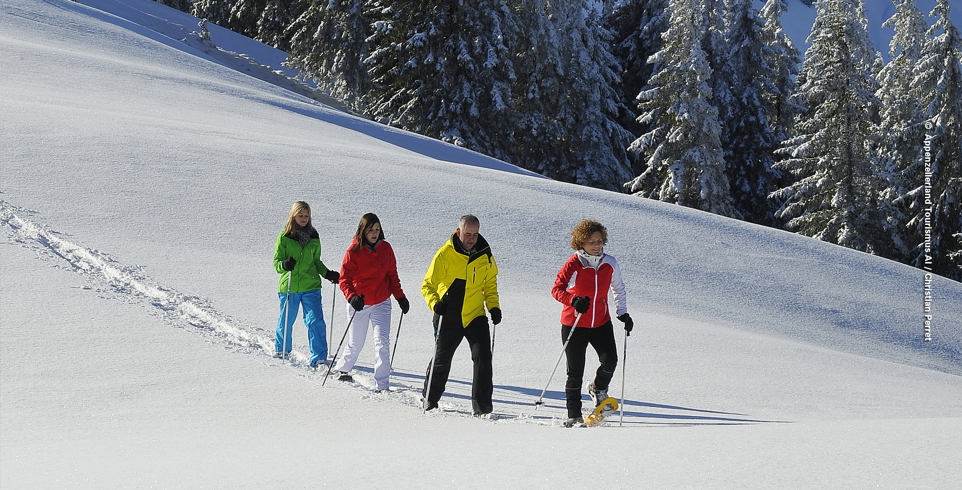 Schneeschuhtour auf dem Schneeschutrail von Bruggerenwald, bei Urnäsch im Appenzell, auf die Hochalp