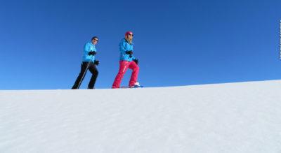 Schneeschuhlaufen oberhalb Engelberg auf dem Schneeschuhtrail Obertrübsee gehts rund um den Trübsee mit Blick auf den den schneebedeckten Titlis