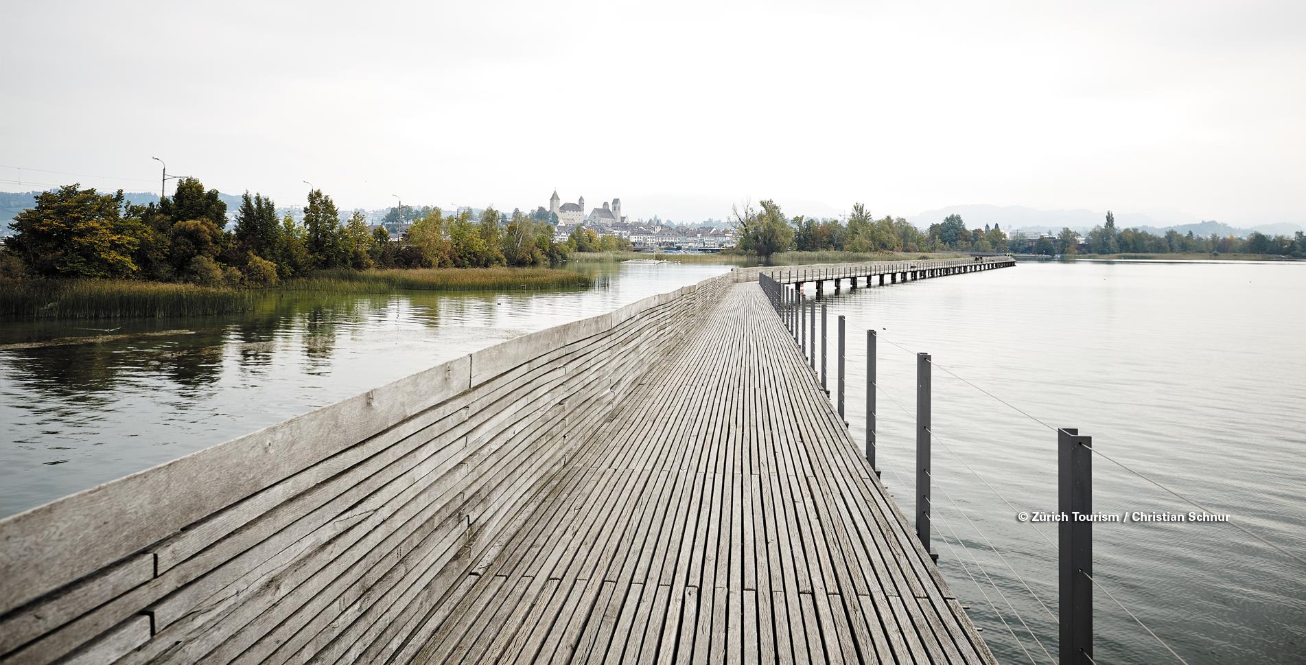 Wanderung entlang dem Seeuferweg am schönen Zürichsee von Wädenswil via Richterswil, Bäch, Freienbach, Pfäffikon SZ, Hurden und über den Holzsteg / die Holzbrücke auf dem Seedamm nach Rapperswil