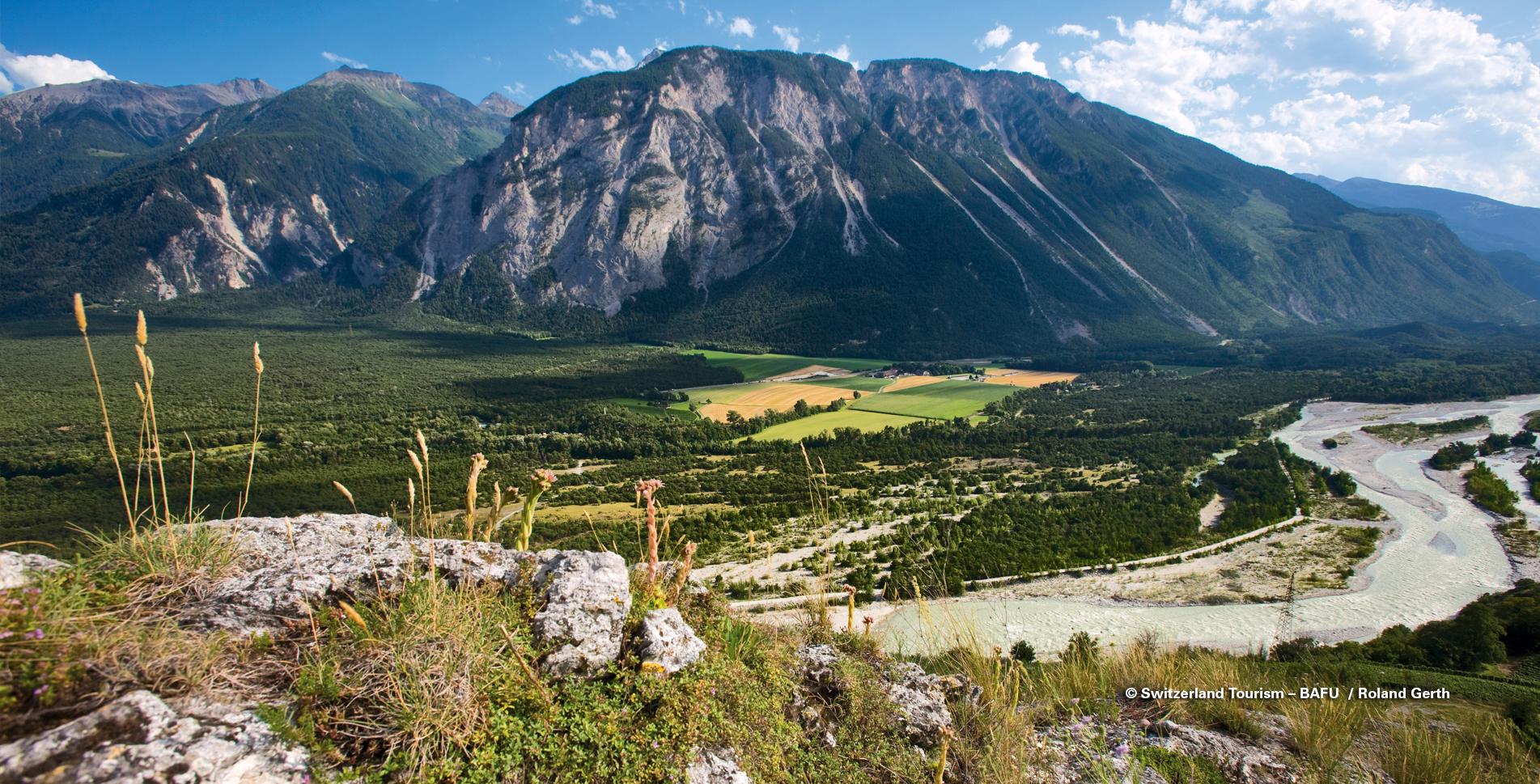 Wanderung von Sierre im Wallis in den Naturpark Pfyn-Finges via Pfynwald, Rosensee, L'Ermitage, Pfafforetsee, Pfyndenkmal, Illgraben zur Bhutan Hängebrücke nach Leuk