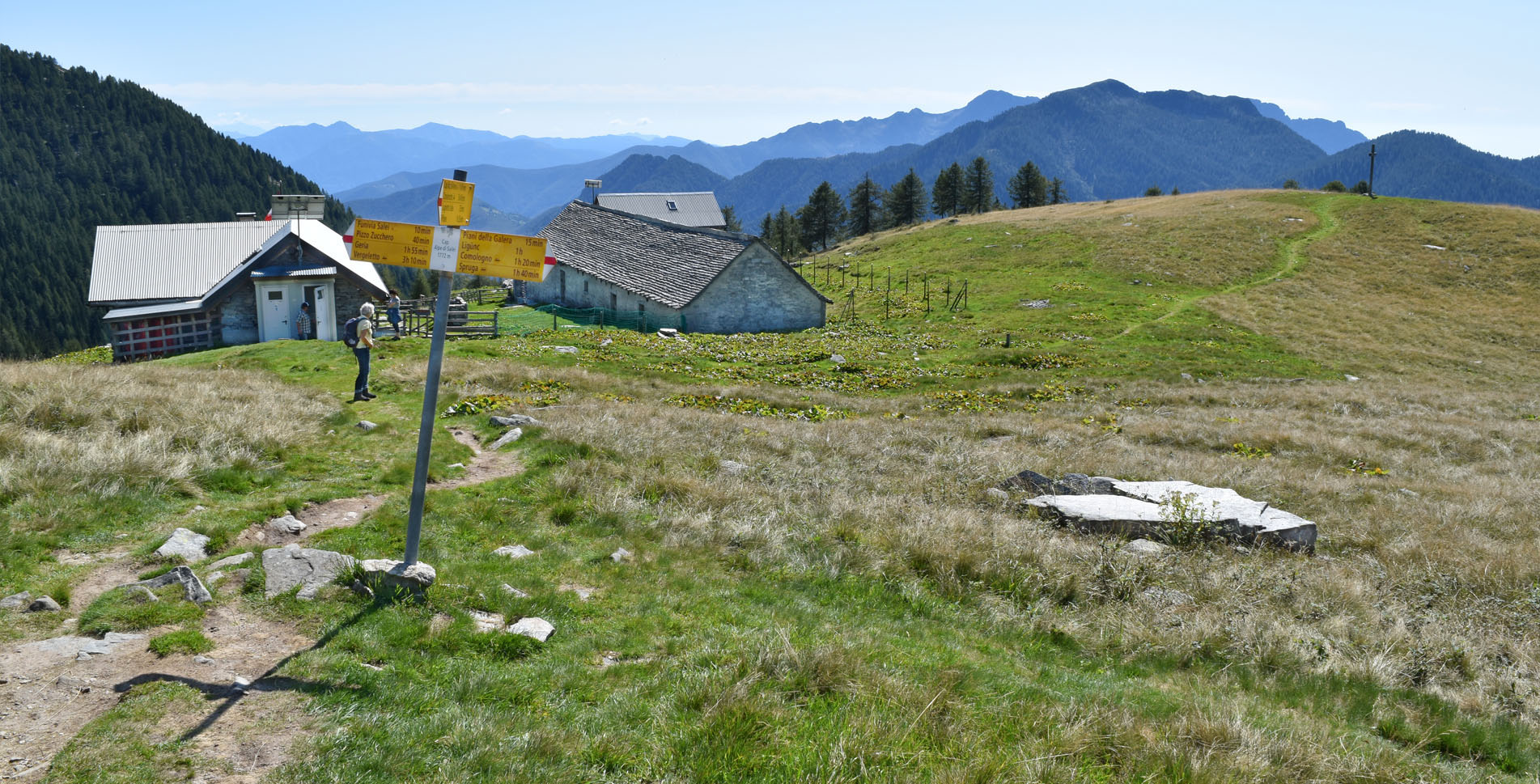 Herrliche Wanderung von der Alpe Salei auf den Grenzgipfel Pilone (2192 m.ü.M.) mit grandiosen Ausblicken ins Onsernone- und Vergelettotal. Unterwegs laden der malerische Laghetto Salei und die Capanna Alpe Salei zur Pause ein.