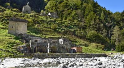 Wanderung von Spruga zur Therme Bagni di Craveggia (Bäder von Craveggia) an der Isorne im Onsernonetal / Valle Onsernone, wo man mitten in der Natur und im Wald ein herrliches Thermalbad geniessen kann.