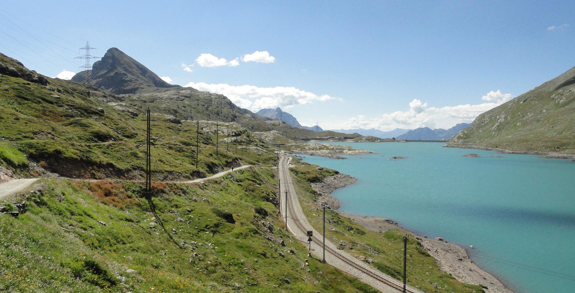 Wanderung vom Berninapass / Ospizio Bernina am Lago Bianco entlang zum Sassal Masone mit herrlichem Blick auf den Palügletscher und weiter zur Alp Grüm im Valposchiavo, wo man einen Abstecher zum Ristorante Belvedere einlegen kann