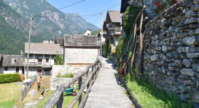 Wanderung im Verzascatal / Valle Verzasca von Lavertezzo auf dem «Sentiero etnografico Revöira» (Ethnografischer Wanderweg) via Sambugaro zum Weiler Revöira und weiter via Motta an der Verzasca entlang zurück nach Lavertezzo