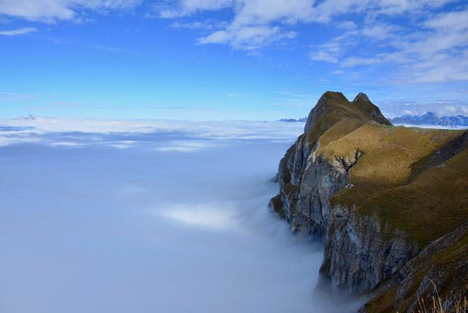Wanderungen über dem Nebelmeer: Oben blau, unten grau. Jetzt über die Nebelgrenze und Sonne tanken. Raus aus dem Nebel!