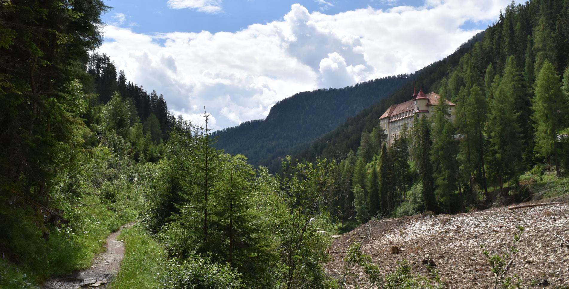 Wanderung ins Val Sinestra im Unterengadin von Sent, nähe Scuol, via Hotel Val Sinestra, Hof Zuort, vorbei an den Erdpyramiden nach Griosch und weiter nach Vnà