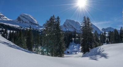 Schneeschuhtour im Toggenburg von Wildhaus Oberdorf rund um die Schwendiseen (Schwendisee Trail) mit Blick auf die Churfirsten mit dem Chäserrugg und das Alpsteinmassiv