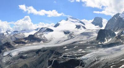 Winterwanderung zur Britanniahütte SAC auf 3030 m.ü.M., von der Bergstattion Felskinn, oberhalb Saas Fee, geht es über Gletscher zur Hütte am Fusse des Klein Allalin