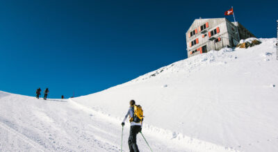 Winterwanderung zur Britanniahütte SAC auf 3030 m.ü.M., von der Bergstattion Felskinn, oberhalb Saas Fee, geht es über Gletscher zur Hütte am Fusse des Allalinhorns