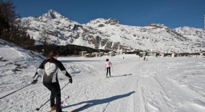 Winterwanderung von Silvaplana am Silvaplanersee entlang über den gefrorenen Silsersee nach Maloja