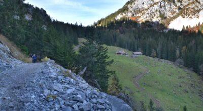 Wanderung auf dem Schwyzer Höhenweg von der Holzegg am Fusse des Grossen Mythen im Alpthal via Zwüschet Mythen, Haggenegg, Banegg, Restaurant Herrenboden, Sattel Mostelberg nach Sattel